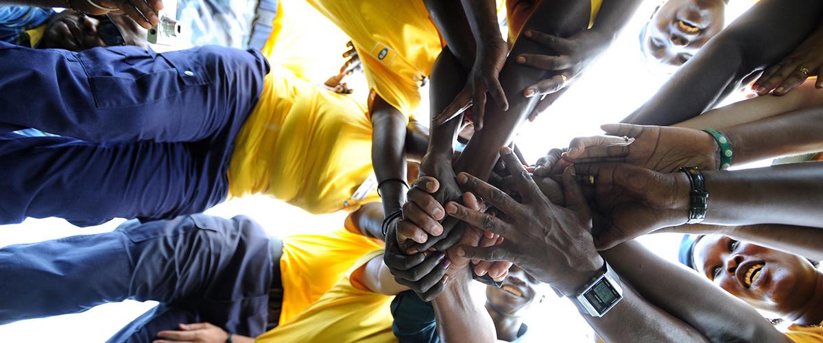 أفراد من شرطة الأمم المتحدة وشرطة جنوب السودان يشاركون في مسابقة سحب الحبال بمناسبة الإحتفال باليوم الدولي للسلام. © الأمم المتحدة / Isaac Billy