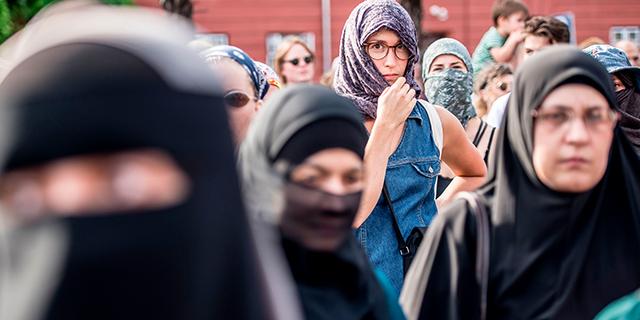 Photo of وجهات النظر الأوروبية حول الملابس التي تظهر الطبيعة الدينية للنساء المسلمات